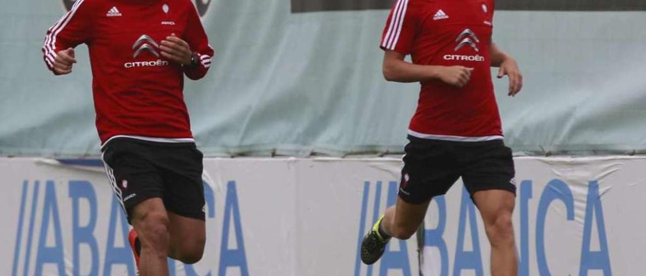 Nolito y Yelko Pino corren sobre el césped de A Madroa durante la pasada pretemporada. // Adrián Irago