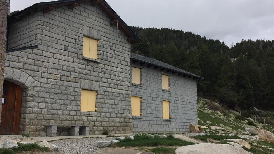 Els refugis continuen tancats a pesar de ser a l'entorn natural