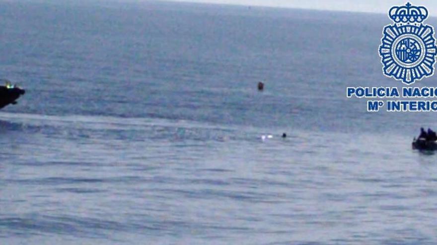 Detenido un agresor sexual que para escapar permaneció horas en el mar en Málaga
