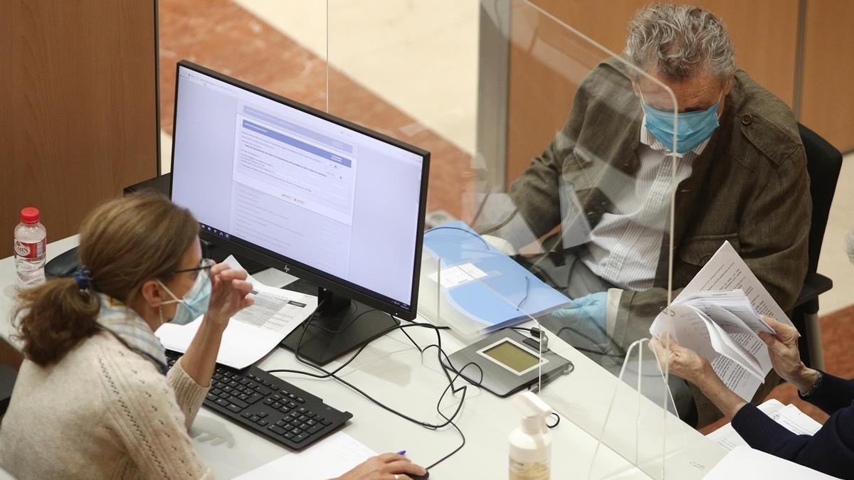 Un ciudadano realizando la declaración de la renta en una imagen de archivo.
