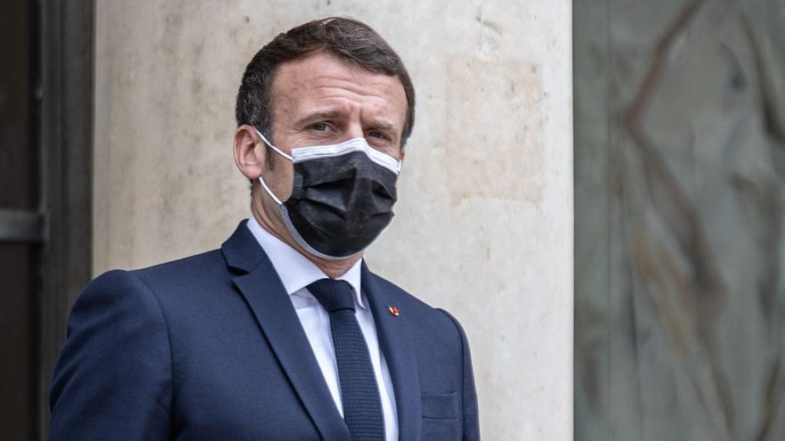 Un home bufeteja Macron en un acte al sud de França