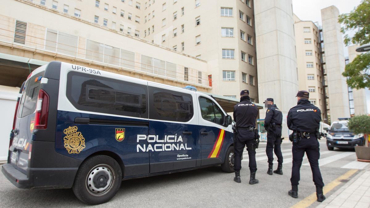 Imagen de archivo de la Policía Nacional custodiando el hospital campaña