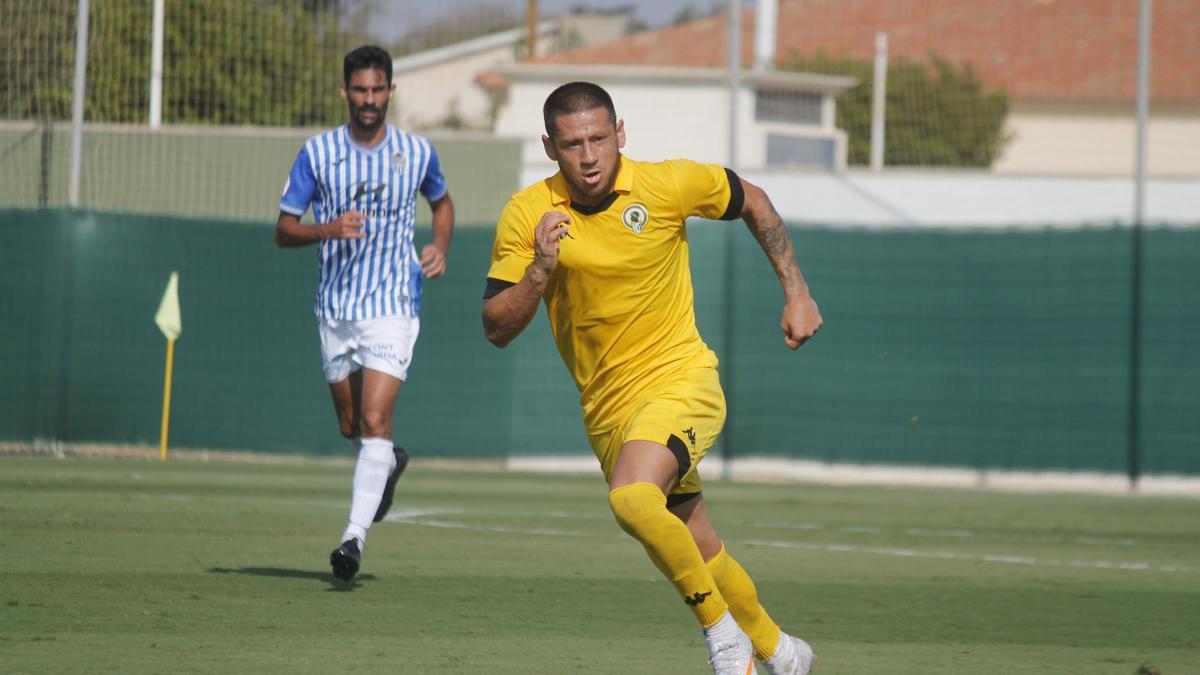 El delantero del Hércules Acuña, ayer en el amistoso ante el Baleares.