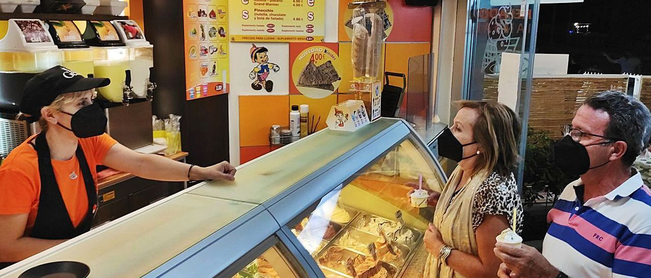 Roberta Bonsanto, de la heladería Pinoccio, a la izquierda, despacha unos helados.  | J.C.