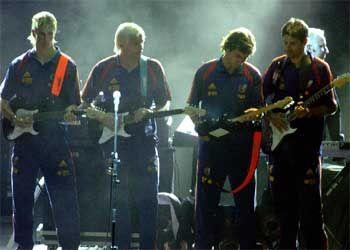 """Torres y Raúl con la selección española, promocionando """"Sírvame una Copita"""" antes de la Eurocopa 2004"""