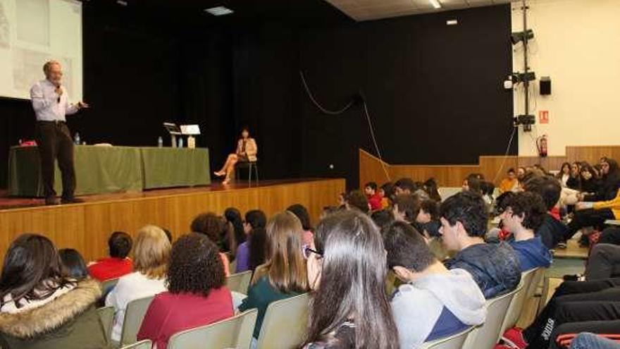La biblioteca del IES Johan Carballeira colabora con la fundación de Ángel Carracedo