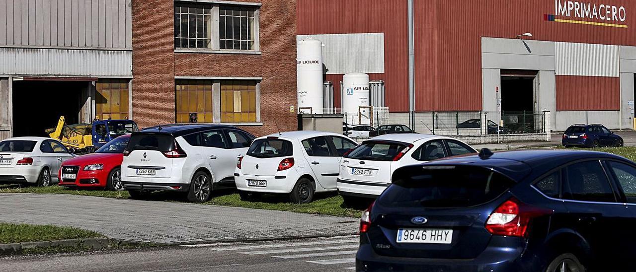 Vehículos estacionados en el Parque Empresarial Principado de Asturias (PEPA).