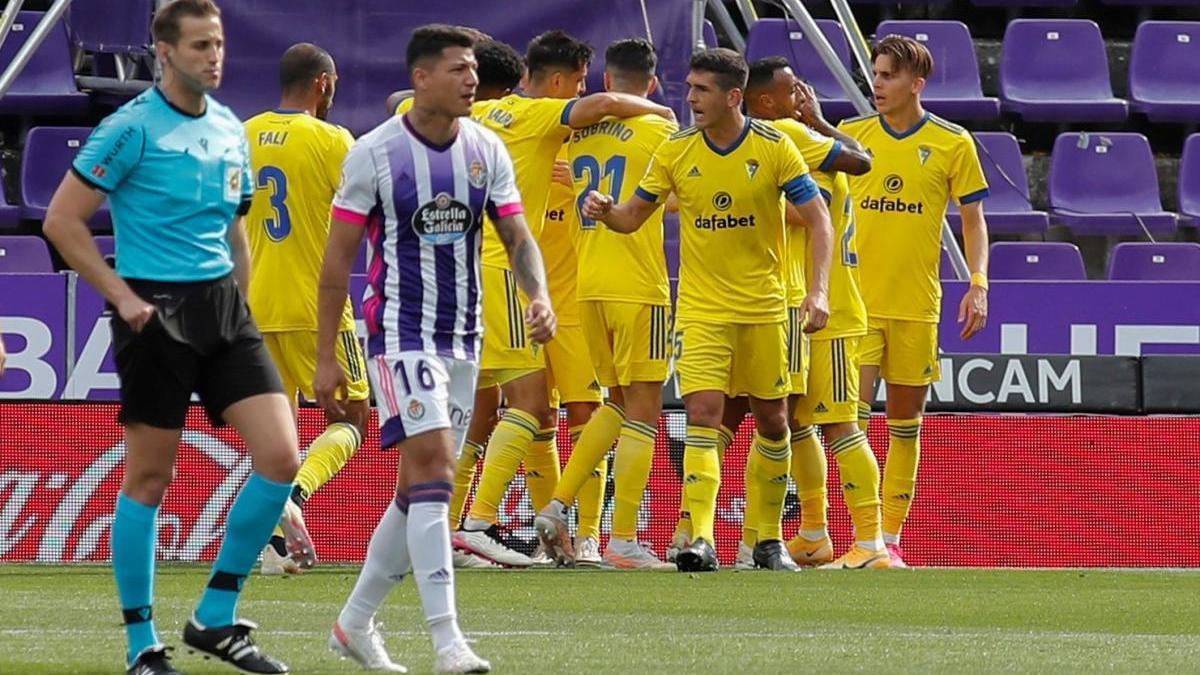 Los jugadores del Cádiz celebran el gol de Cala ante el Valladolid.