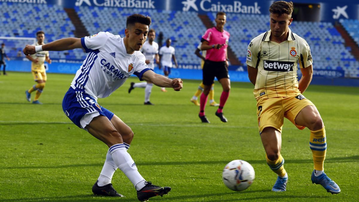 Sergio Bermejo centra un balón contra el Espanyol, en el que firmó una buena actuación.