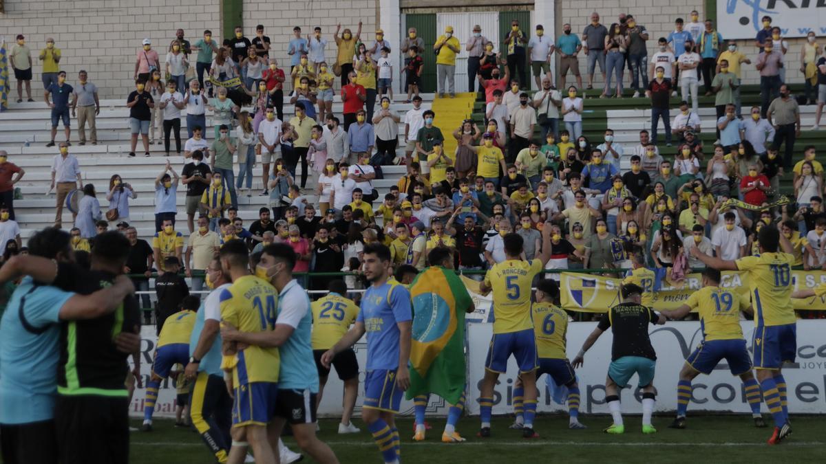 El Villafranca festeja el ascenso con su gente.