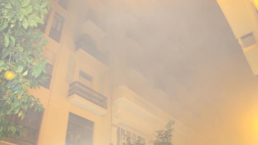 Una nube de humo obliga a desalojar la calle En Llop
