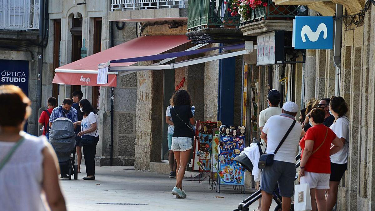 Imagnen de archivo de gente en las calles de Cangas    // GONZALO NÚÑEZ