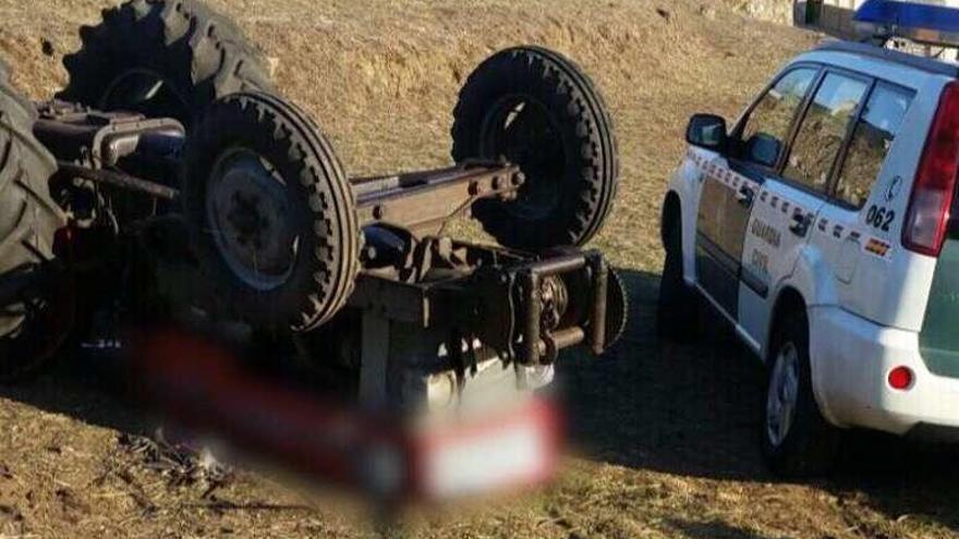 Fallece un hombre de 74 años al volcar el tractor que conducía en Caldas de Reis