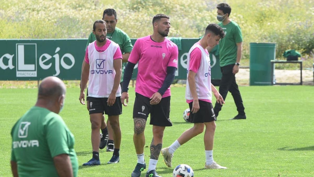 Mario, Xavi Molina y Luismi, con Germán Crespo detrás, durante la sesión de recuperación del Córdoba CF, este lunes.