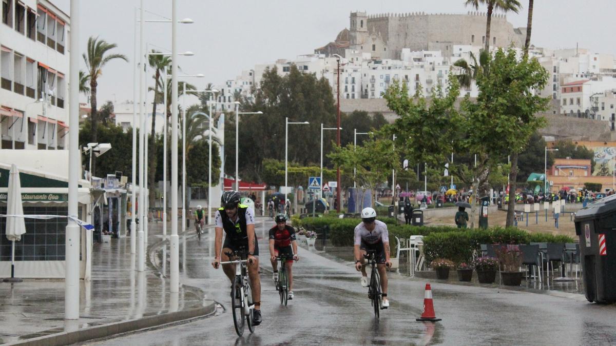 Varios participantes durante el tramo de bici, ayer en Peñíscola.