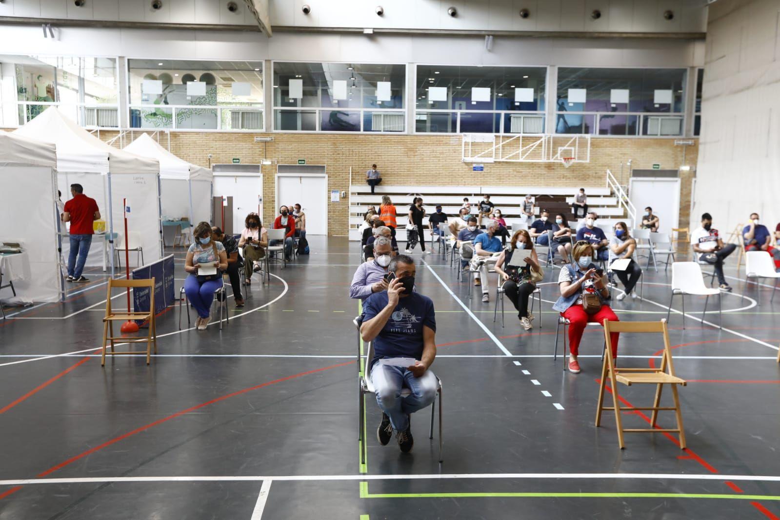 Vacunación masiva con la vacuna de Janssen en el polideportivo de la Universidad de Zaragoza