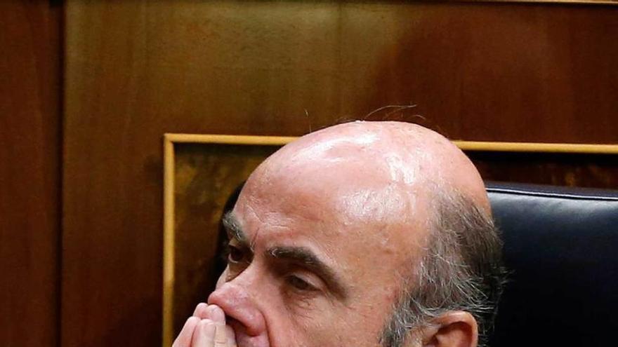 """De Guindos afirma que la falta de Gobierno puede """"paralizar"""" el mercado bursátil"""