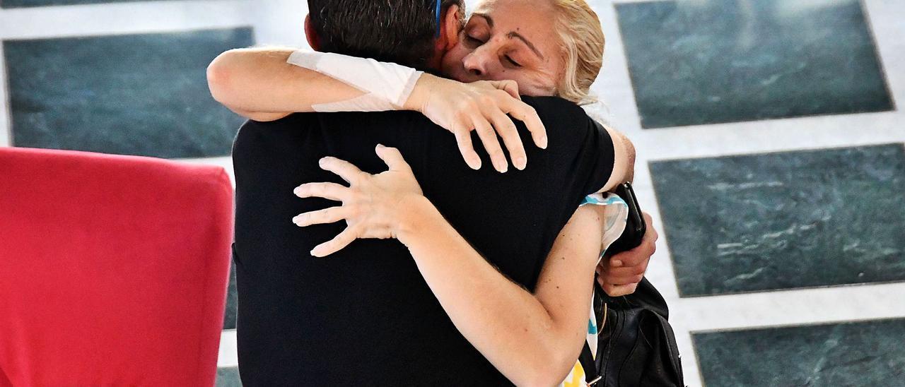 La madre de Yéremi, Ithaisa Suárez, recibe un abrazo tras una rueda de prensa.