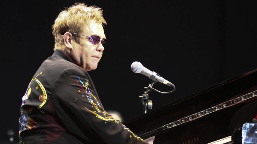Elton John suspende un concierto al quedarse sin voz