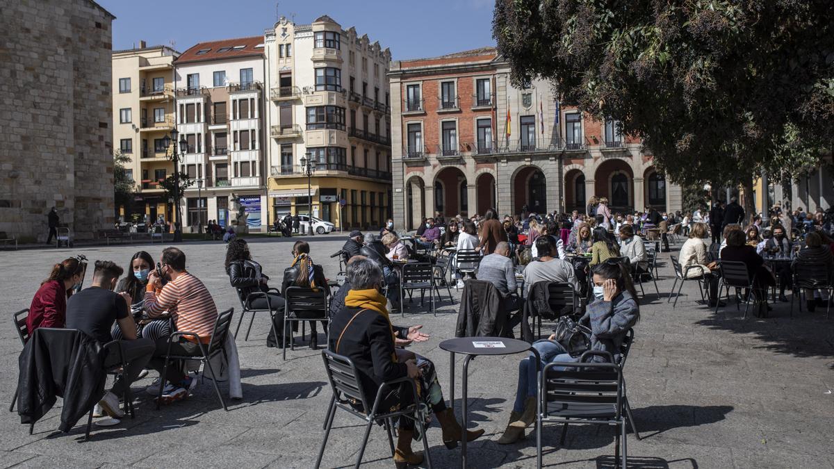 Ciudadanos consumen en bares de la Plaza Mayor