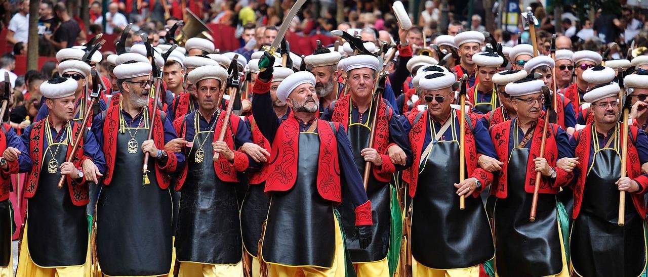 Festeros de Villena luciéndose en la Entrada de 2019, seis meses antes de la irrupción de la pandemia que ha obligado a suspender los festejos dos años consecutivos. |