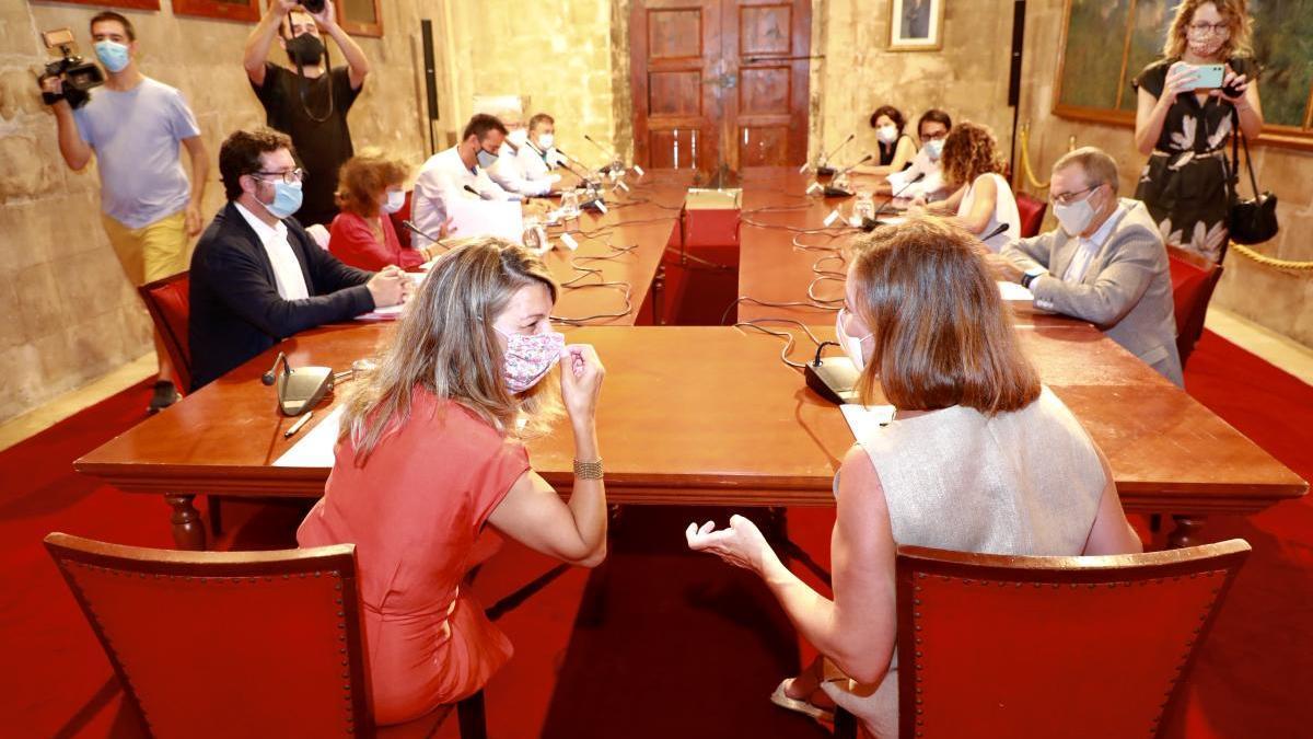 La ministra Yolanda Díaz, a la izquierda, con la presidenta Armengol en la reunión de la Mesa de Diálogo Social de Baleares en el Consolat de Mar este sábado.