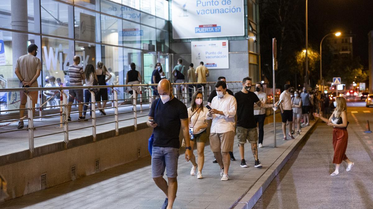 Un grupo de personas espera su turno de vacunación en el WiZink Center de Madrid