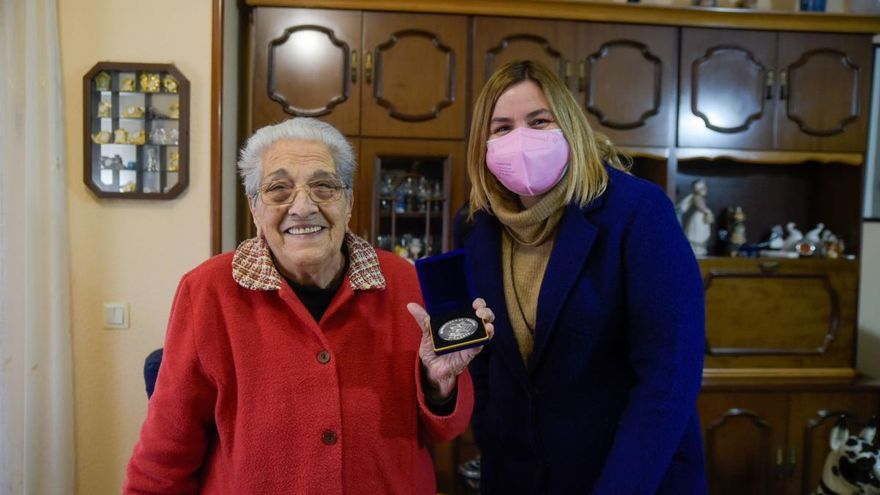 Dues veïnes de Figueres reben la medalla pels seus 90 anys