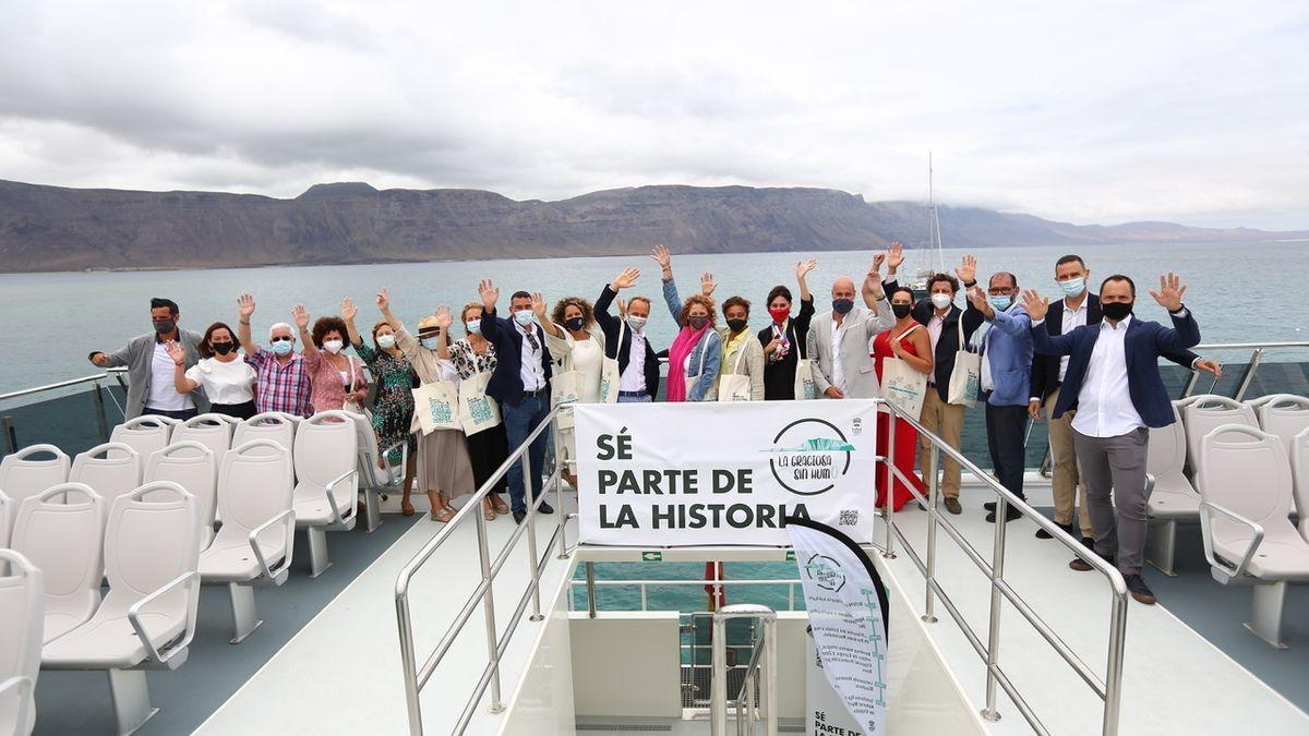 Presentación de la iniciativa 'La Graciosa libre de humo' desde un de los barcos que unen Lanzarote y La Graciosa.