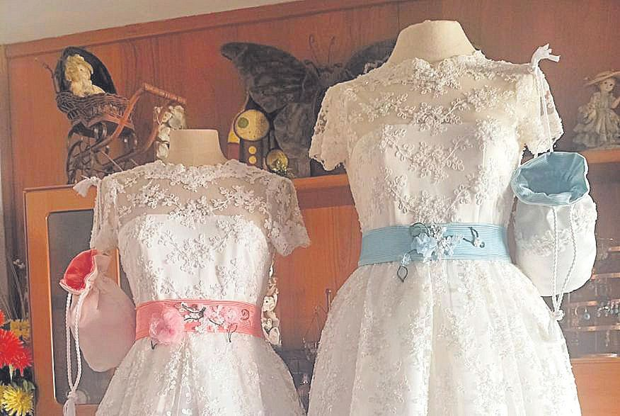 Los vestidos confeccionados en un bar por la costurera desalojada.