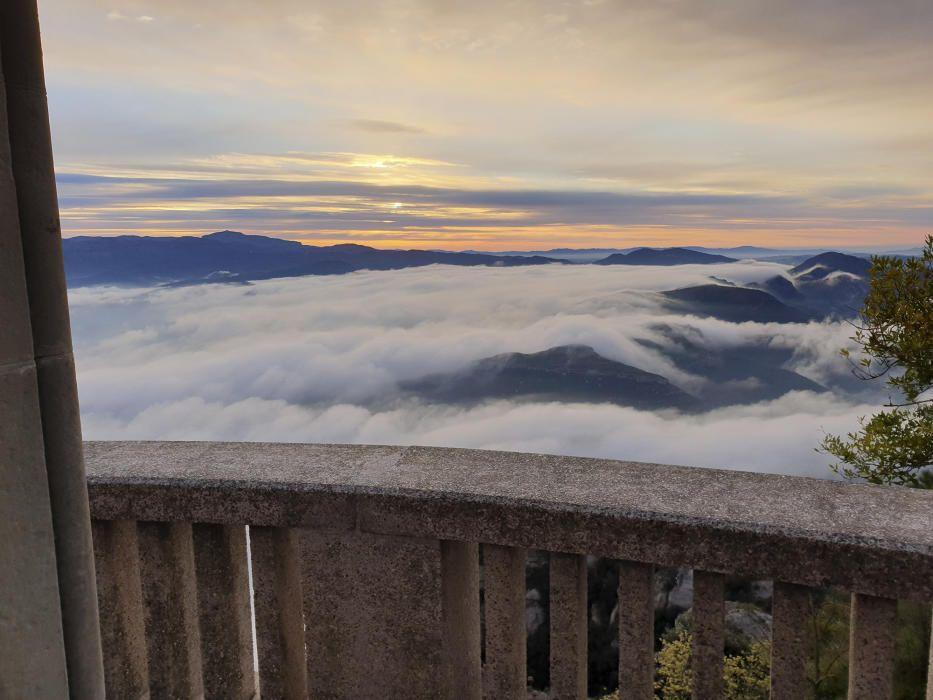Sortida del sol. Bonica albada que ens envien des del mirador de Montserrat, des d'on podem veure el sol una mica amagat entre els núvols i una boira espessa que tapa les muntanyes com si es tractés d'un llençol.