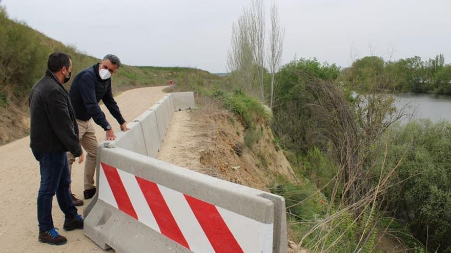 La ladera de un camino junto al río Alagón en Coria sufre peligro de desprendimiento
