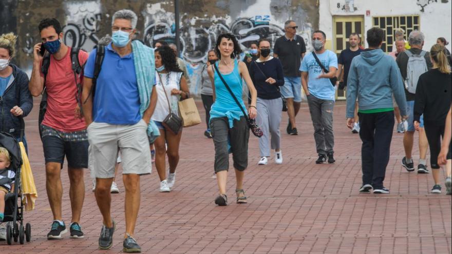 Canarias se acerca otra vez al millar de nuevos casos de Covid mientras aumenta la presión hospitalaria