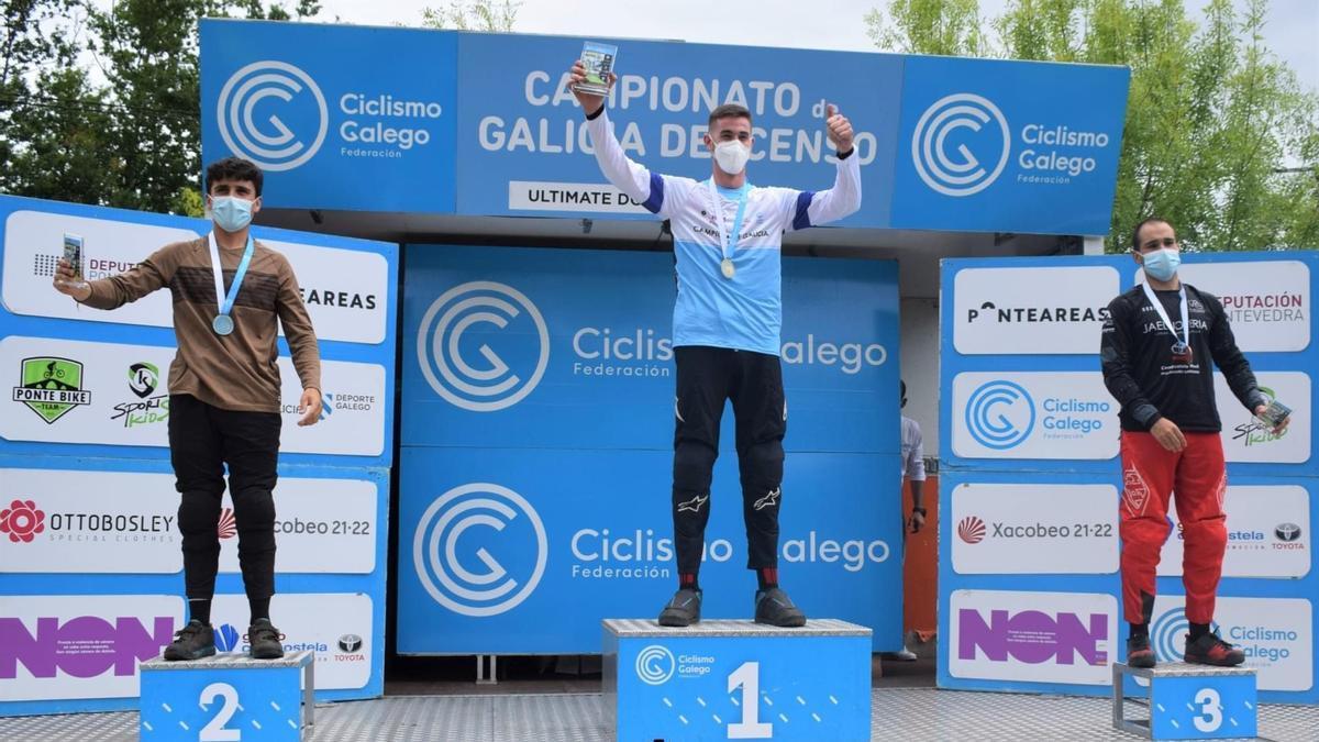 Víctor Mariño en el podio del campeonato gallego.