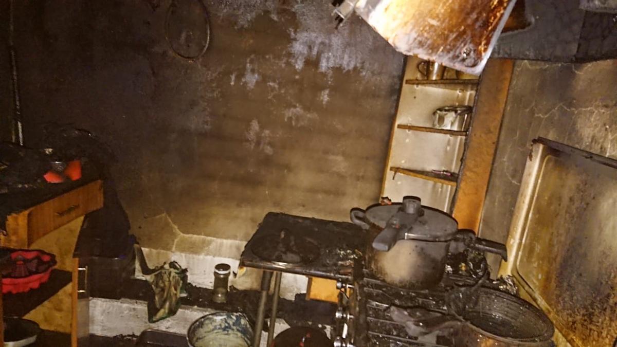 Estado de la cocina tras el incendio en una vivienda en Villaescusa