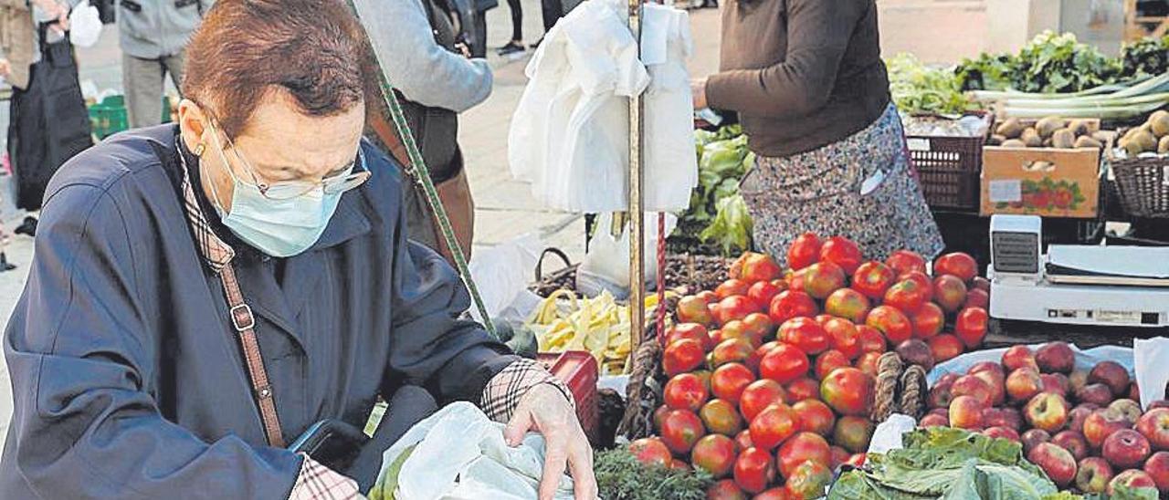 Una mujer comprando en el mercado