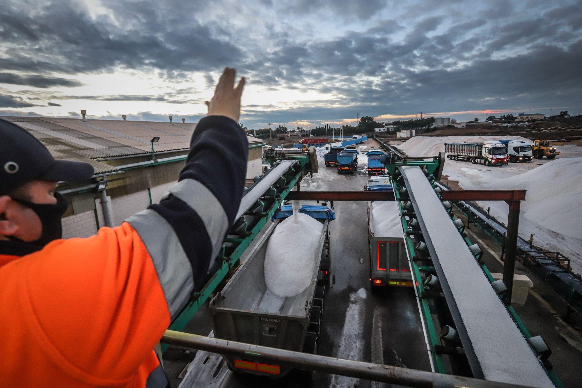 Carga de 3.500 toneladas de sal de las salinas de Torrevieja con destino a Madrid