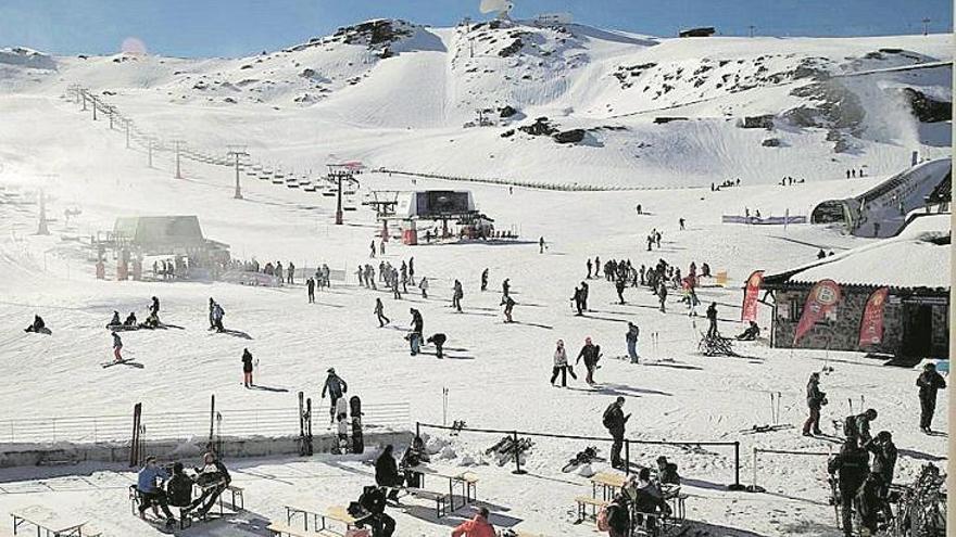 Sierra Nevada arranca con más de 2.000 esquiadores