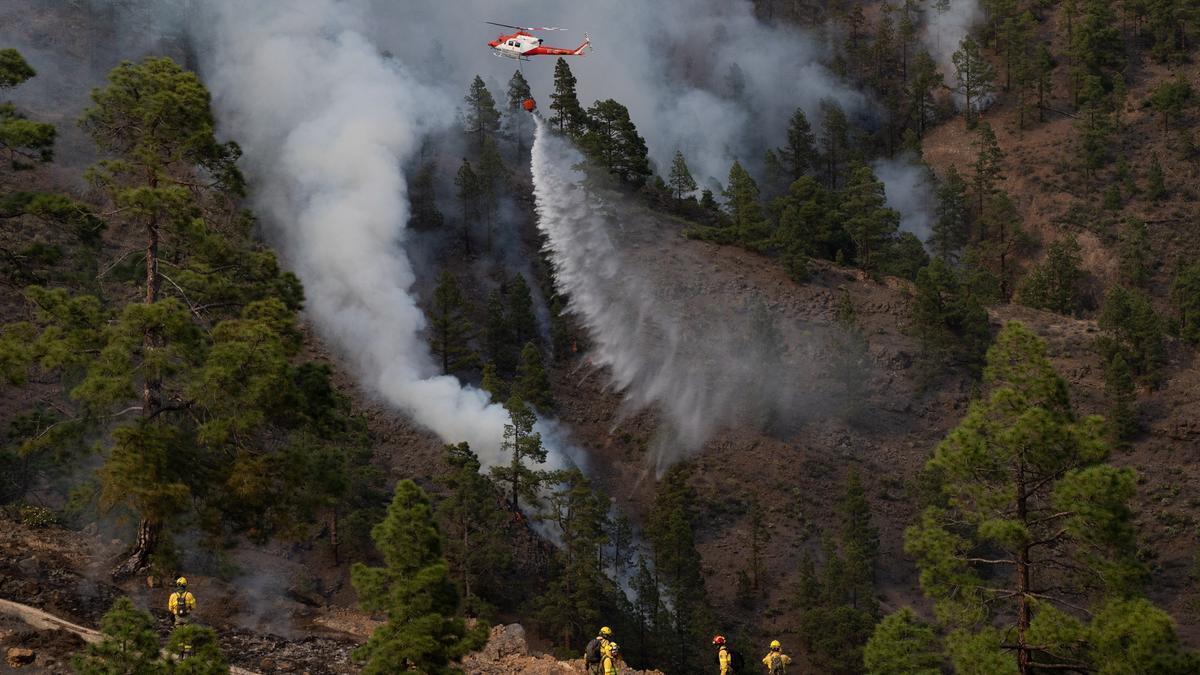 Los bomberos continúan trabajando para sofocar el fuego de Tenerife