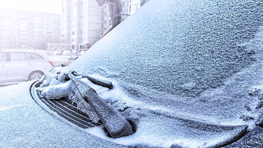 Cómo quitar el hielo del parabrisas de los coches