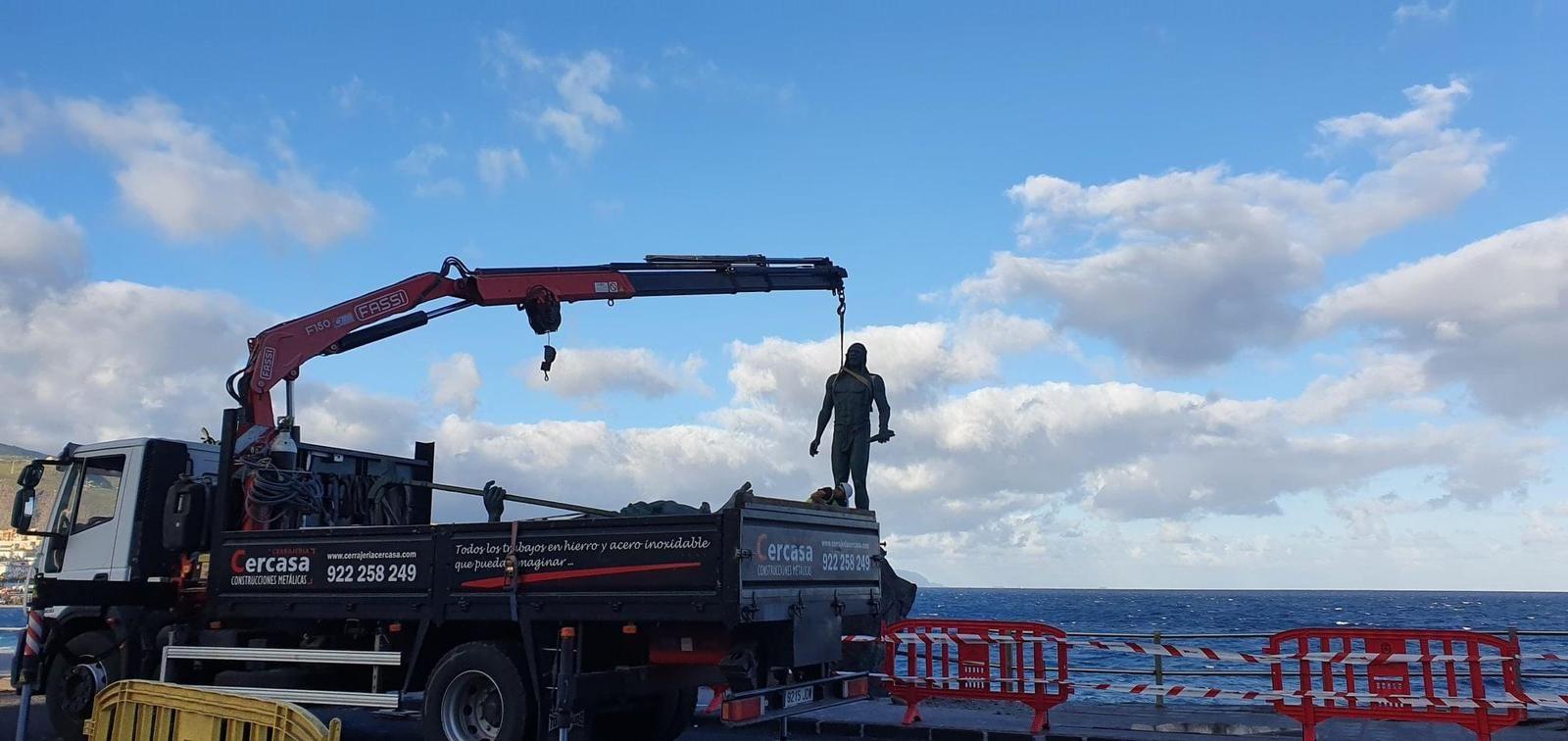 Retiradas las estatuas de los menceyes Romén y Tegueste por el hundimiento del paseo