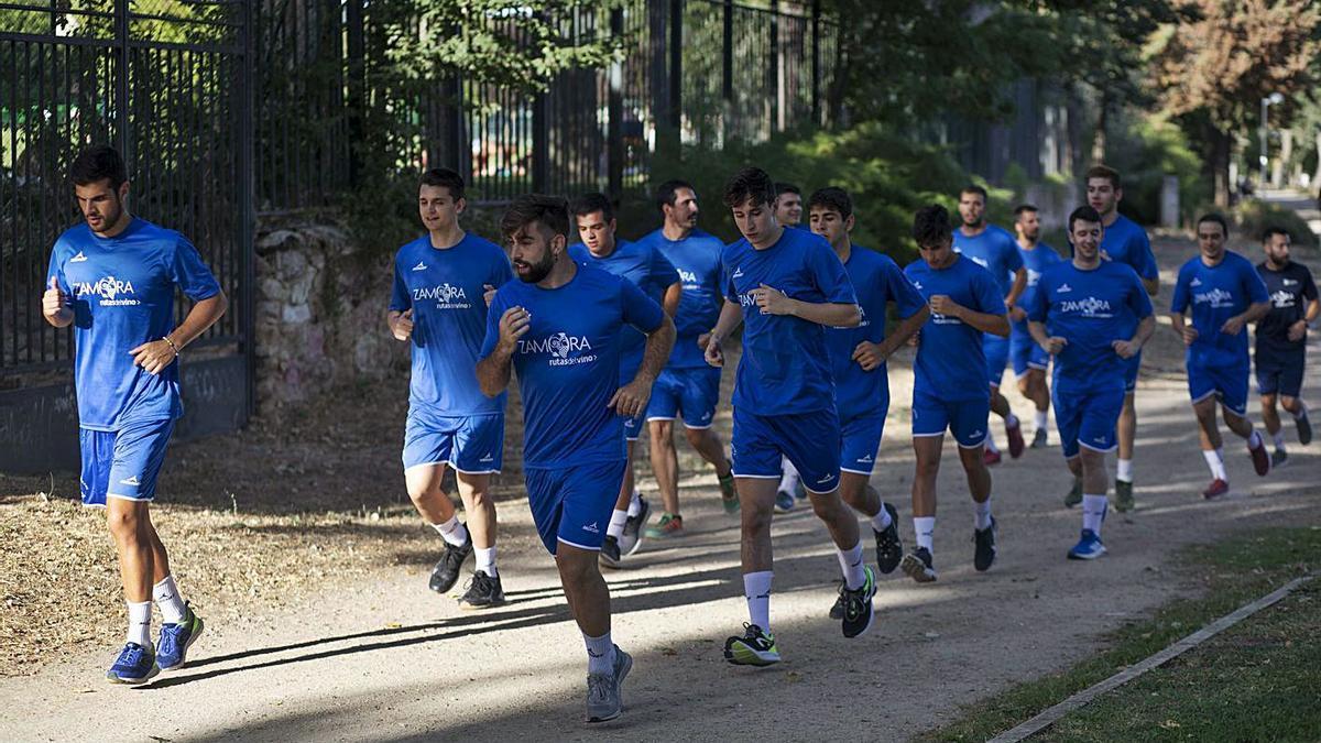 Los jugadores del BM Zamora, en un entrenamiento al aire libre. | Emilio Fraile