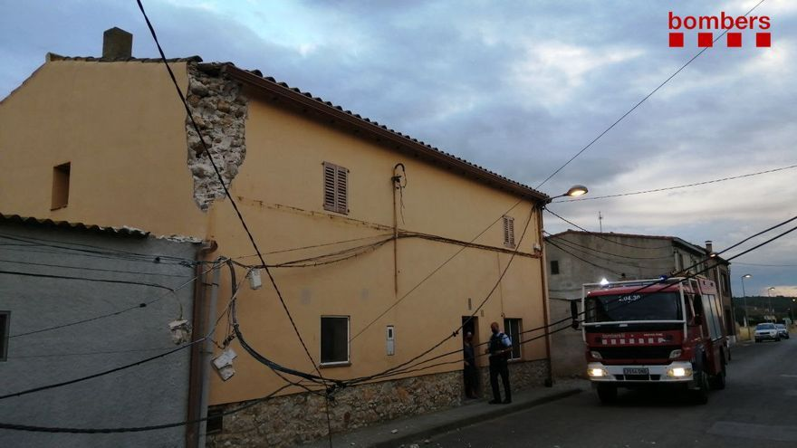 Un camió d'escombraries malmet una casa a Viladamat