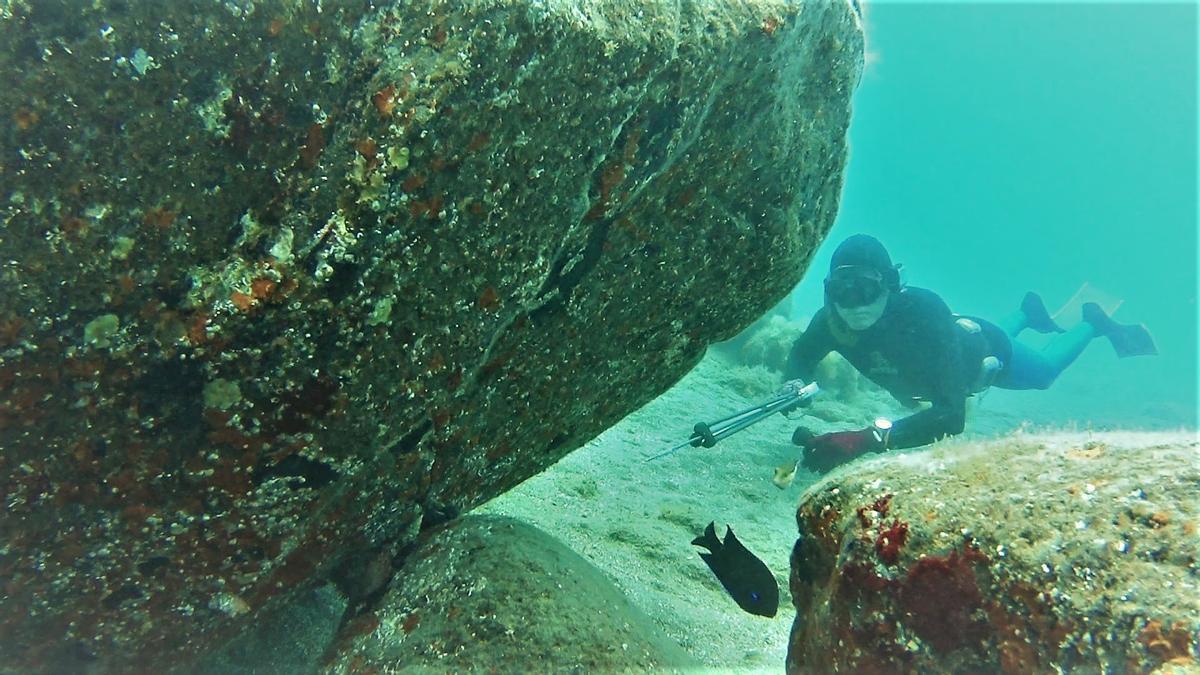 Un aficionado practica pesca submarina en aguas del Archipiélago.
