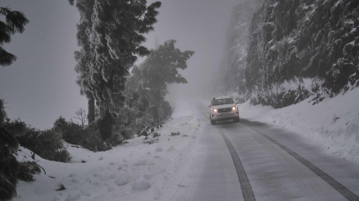 Aspecto de una vía de acceso al Teide durante la borrasca.