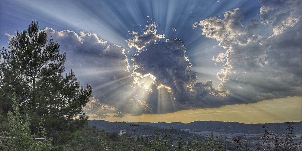 Cardona. Aquesta imatge tan espectacular del sol obrint-se pas per darrere els núvols està feta des del terme de Cardona. Mirant cap a ponent, en direcció Solsona, el nostre lector va poder captar aquest moment del sol.