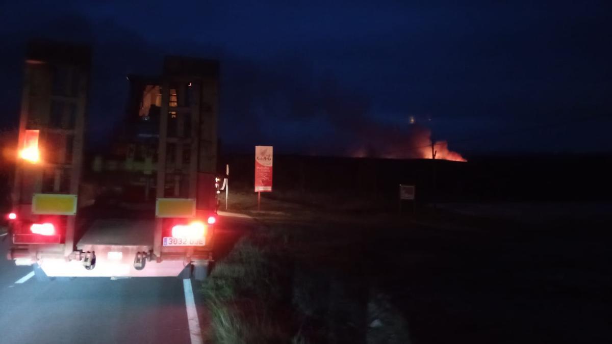 Los bomberos en la zona en llamas.