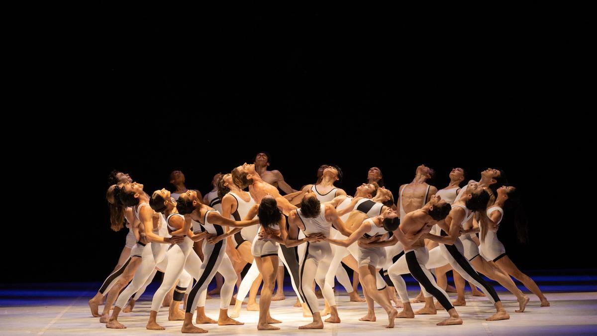 Un moment de l'actuació inaugural del Festival Castell de Peralada amb la companyia Béjart Ballet Lausanne. Peralada (Alt Empordà), 17 de juliol del 2021. Pla general. (Horitzontal)