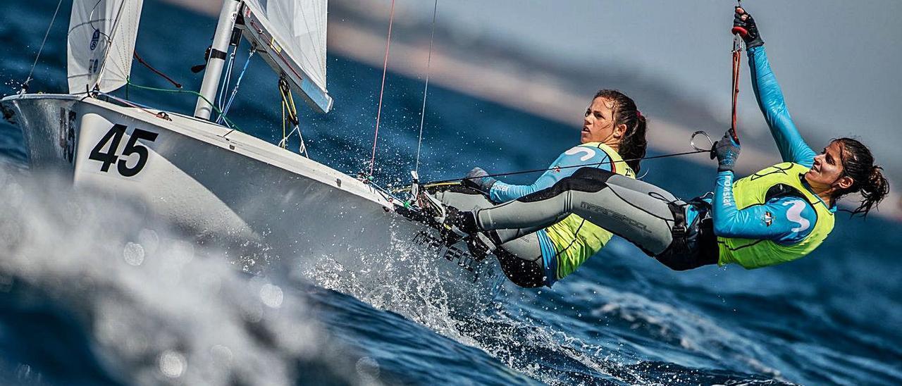 Patricia Cantero -derecha- y Silvia Mas, navegando durante una de las regatas de ayer en el Europeo, en Portugal. | | JOAO COSTA