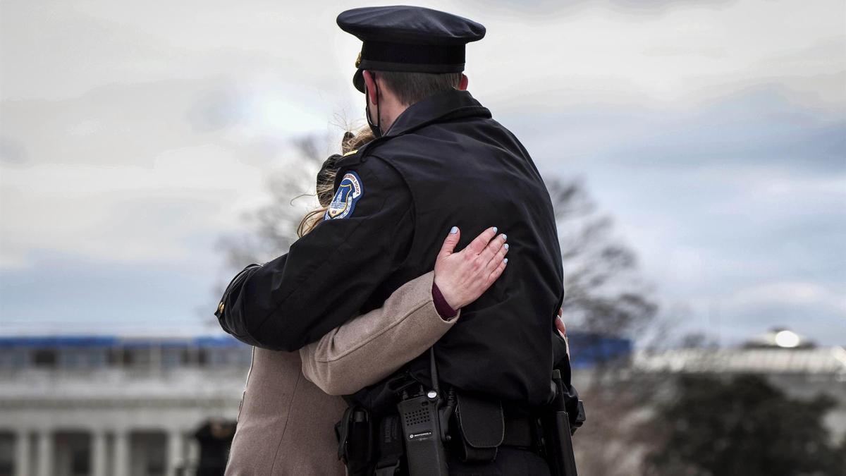 Imagen de archivo de un policía de Estados Unidos consolando a una víctima.